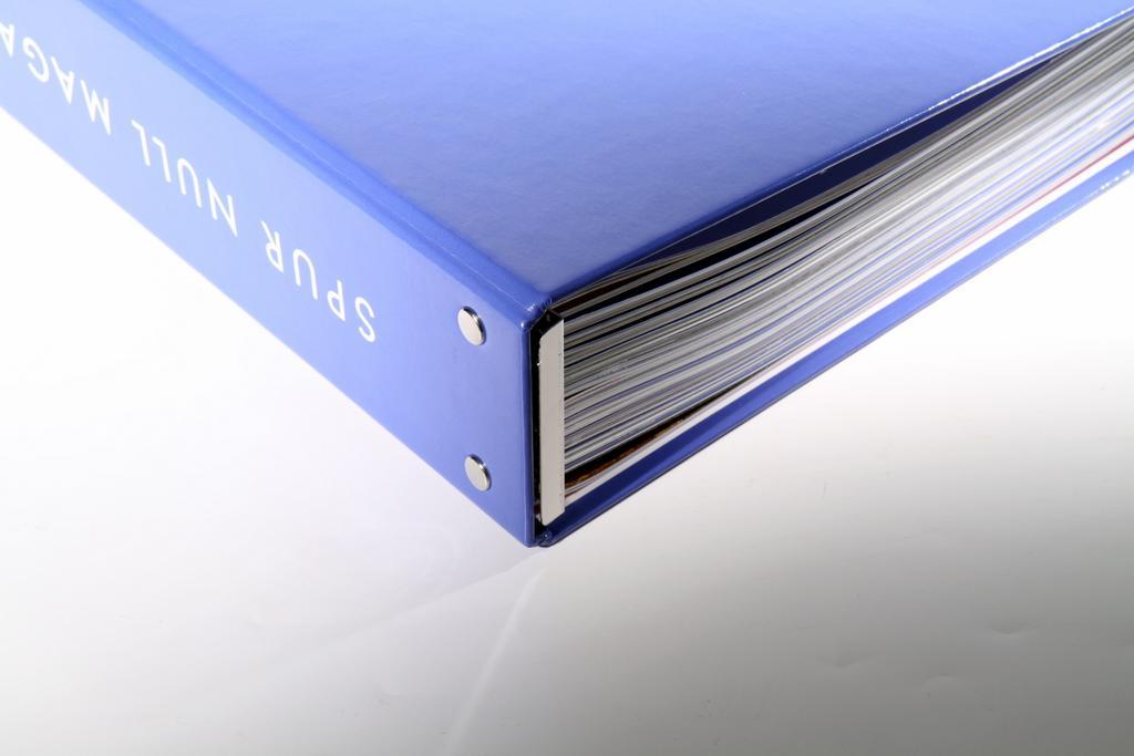 Geschlossener Ordner mit 12 Heften