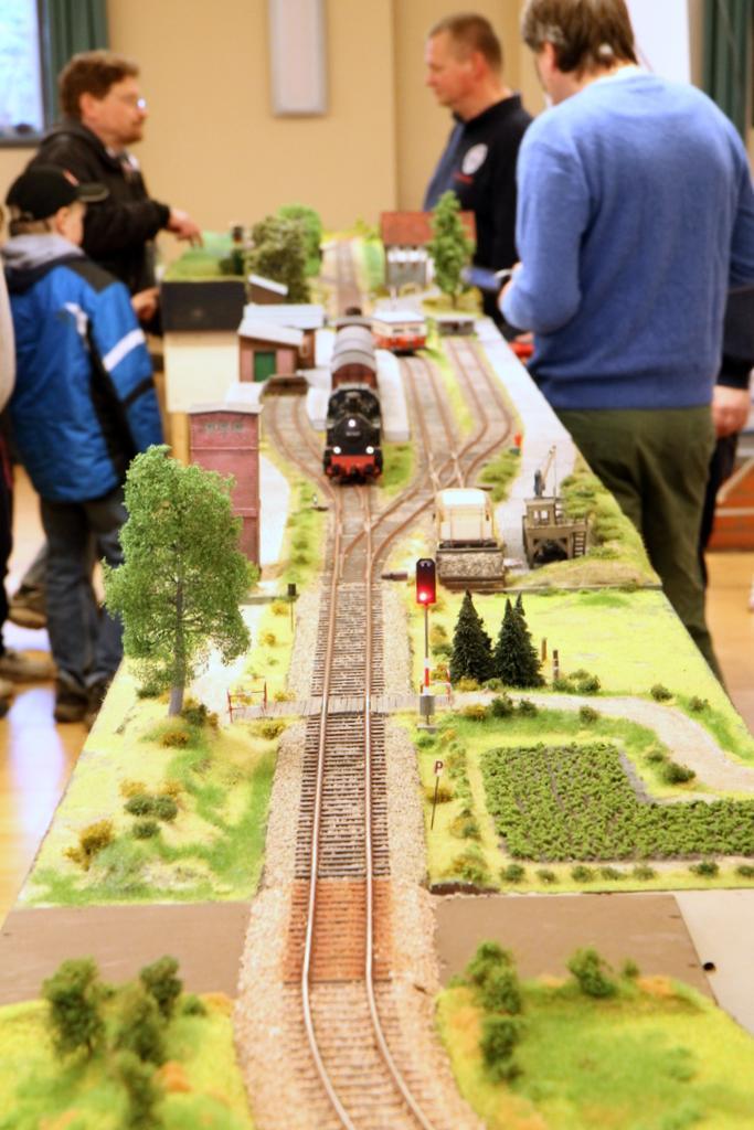 In den Bahnhöfen können Züge auf der eingleisigen Strecke kreuzen und überholen.