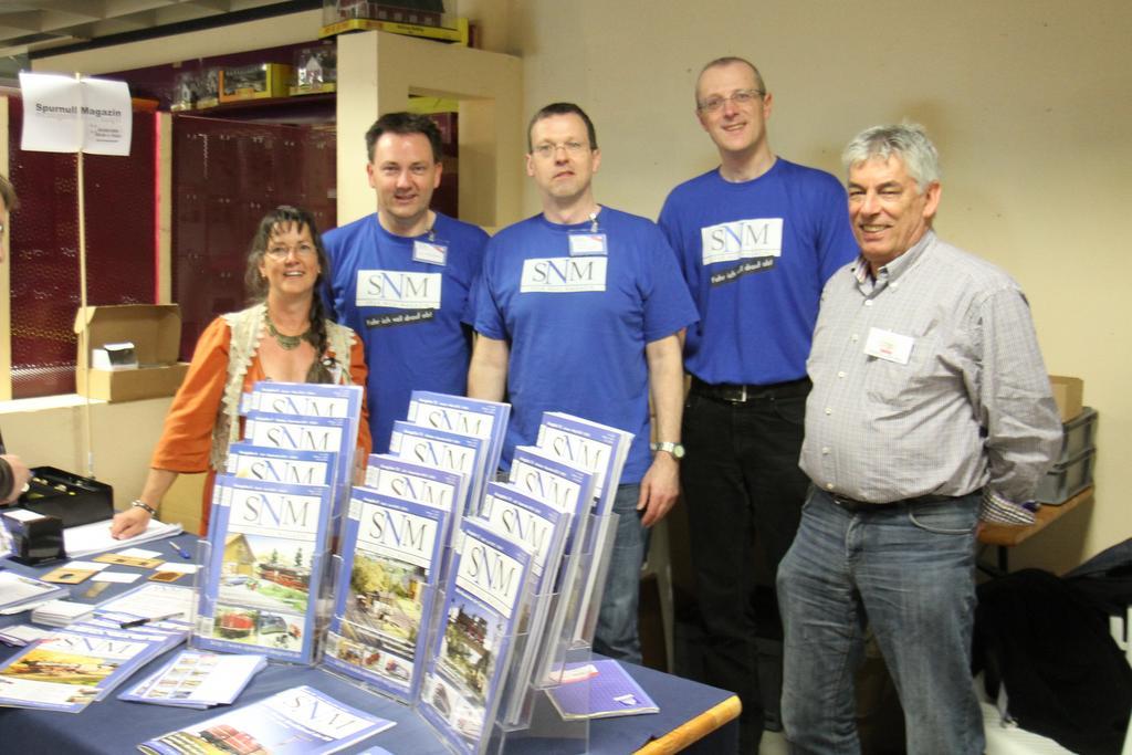 Autoren, Helfer und Mitarbeiter des Spur Null Magazins am Stand in Buseck