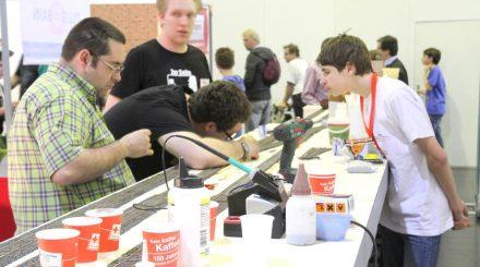 Schüler bauen auf der Intermodellbau an der Spur Null Anlage.