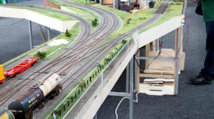 Bahnhofsausfahrt mit zwei eingleisigen und einer zweigleisigen Strecke
