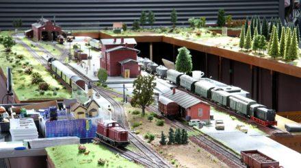 Bahnhof mit Gütergleisen und Betriebswerk im Zentrum der Anlage
