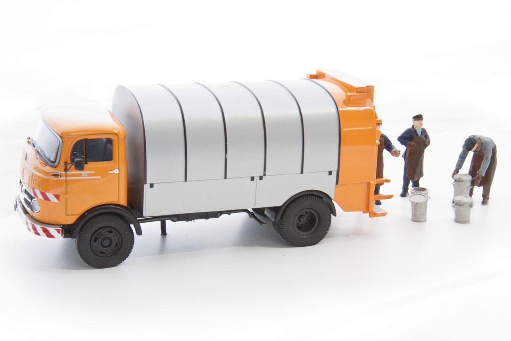 Müllauto, Müllmänner und Mülltonnen für Spur Null
