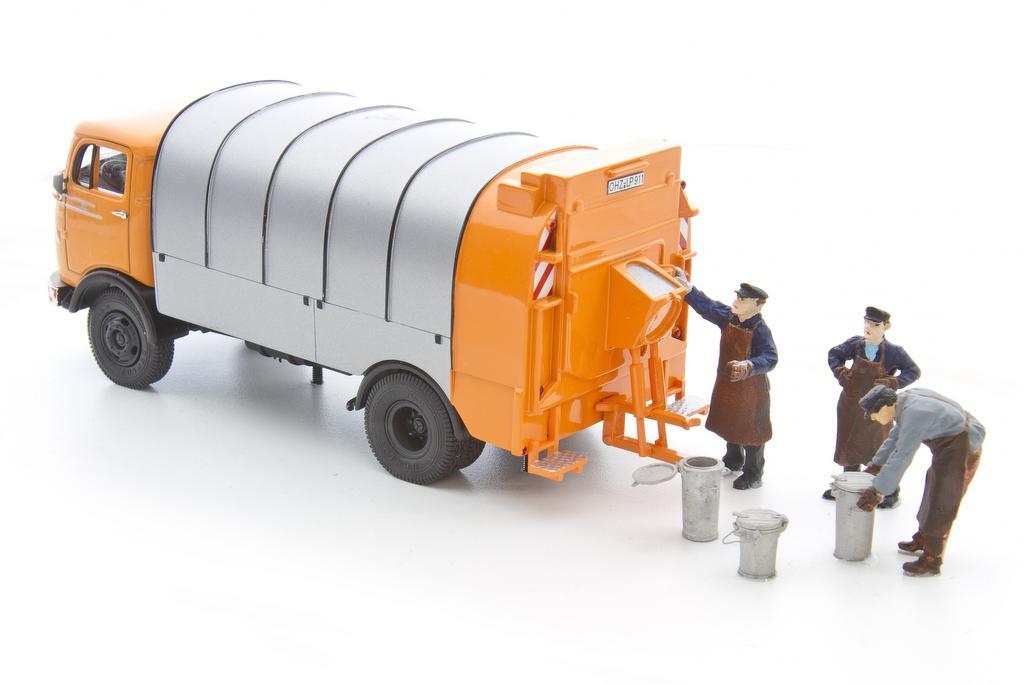 Schnellenkamp Müllmänner mit Mülltonnen und Laster
