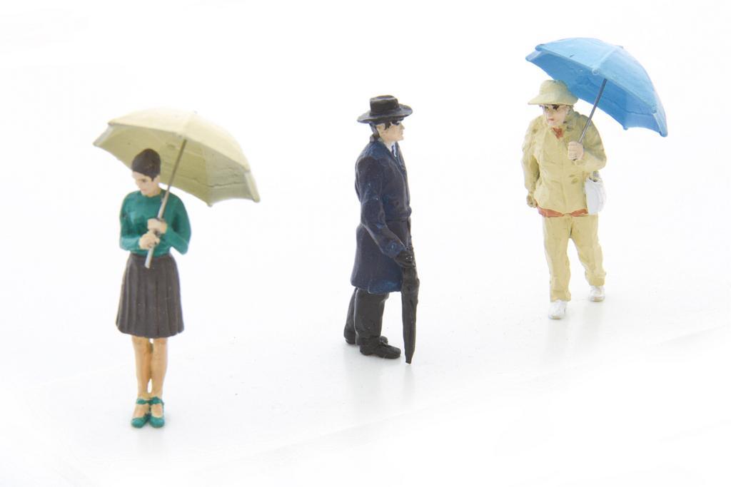 Set mit drei Figuren mit Regenschirm