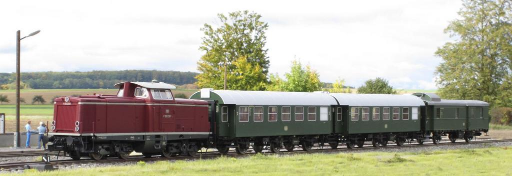Lenz Zugset mit V 100, zwei dreiachsigen Umbauwagen und Packwagen