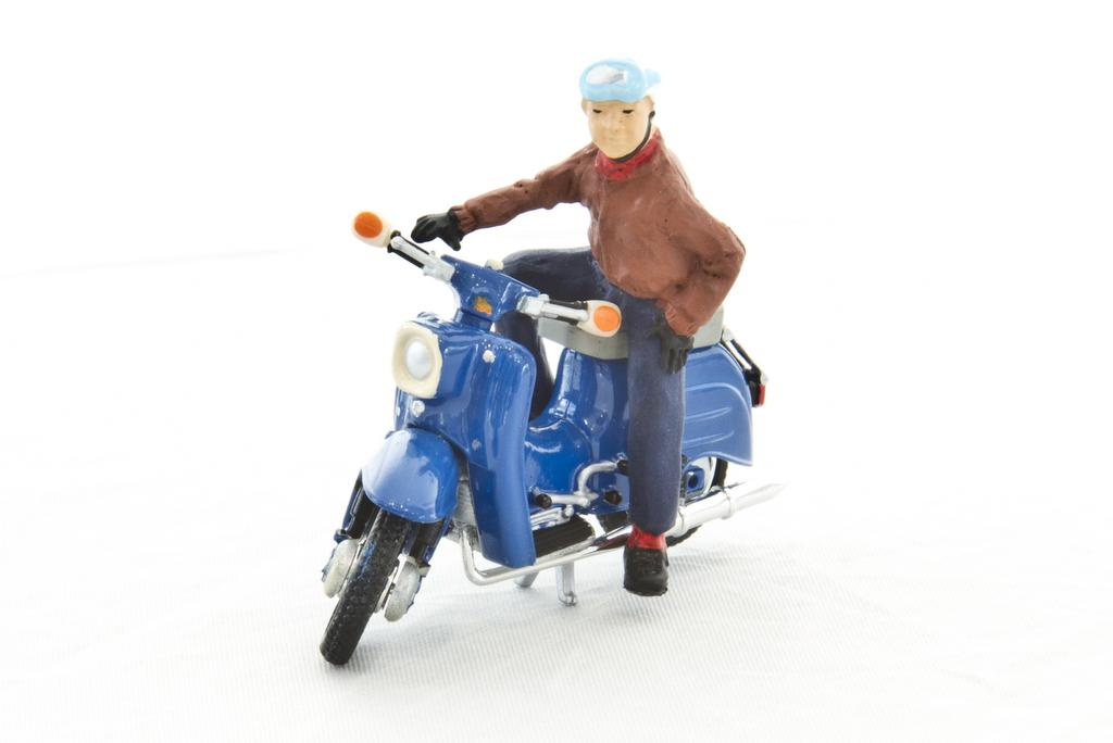 Rollerfahrer Kurt. Mit Helm, aber ohne Gurt.