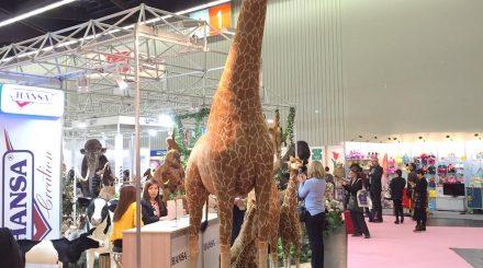 Von Wachsen und Schrumpfen auf der Spielwarenmesse 2106: Plüsch-Giraffe in Lebensgröße