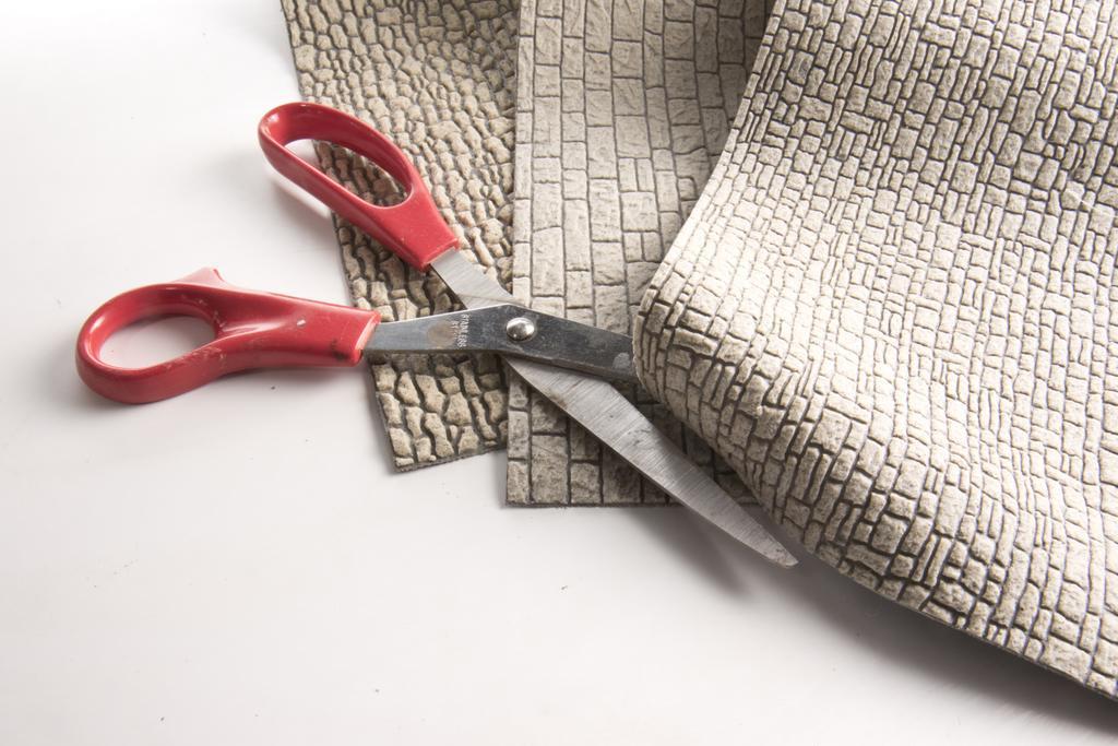Das Material kann mit der Schere geschnitten werden