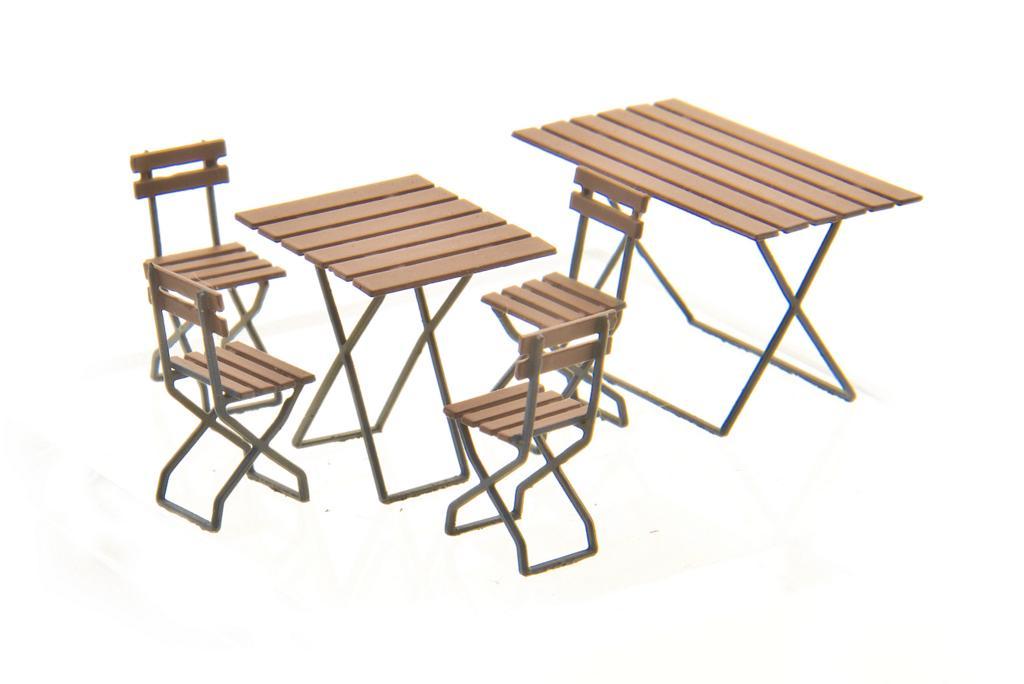 Weinert: 2 verschiedene Tische mit jeweils 4 Stühlen