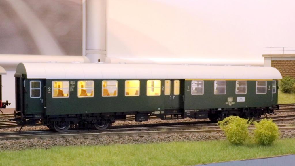 Umbauwagen 4yg mit flackernden Leuchtstoffröhren
